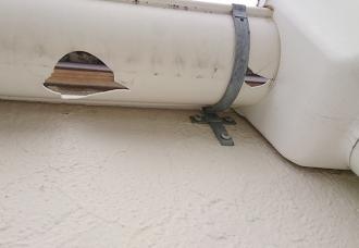 雹害により破損した雨樋のズーム