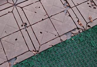 雹災の爪痕が残るプラスチックタイルのズーム