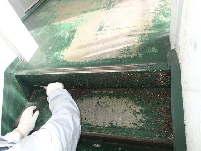 錆びた蹴込み板へのケレン作業