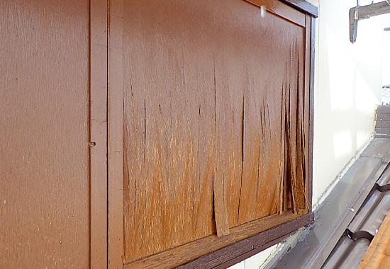 表面が剥がれかけた木製の戸袋