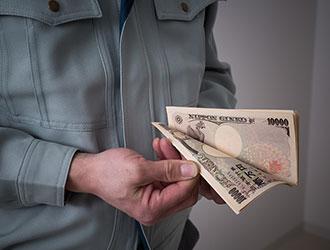 お金を数える悪徳業者