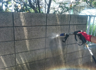 高圧洗浄機の水圧を落としてコンクリートの塀の汚れを洗浄2