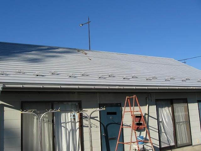 福島市内にある平屋造り賃貸アパートのトタン鋼板屋根サビ止め塗装をしています