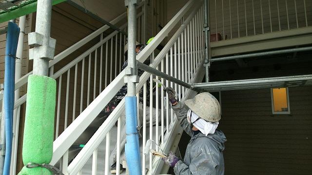 アパート階段塗り