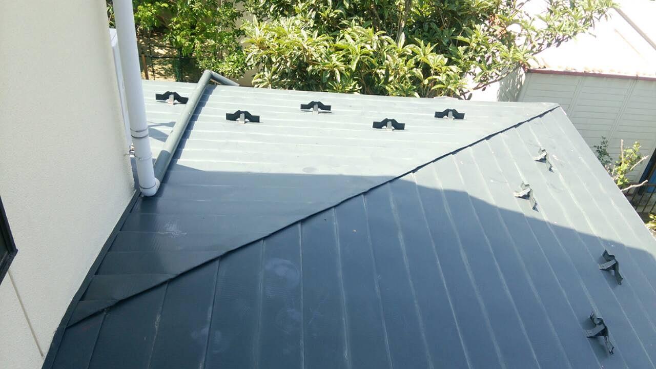 折り込まれた屋根板
