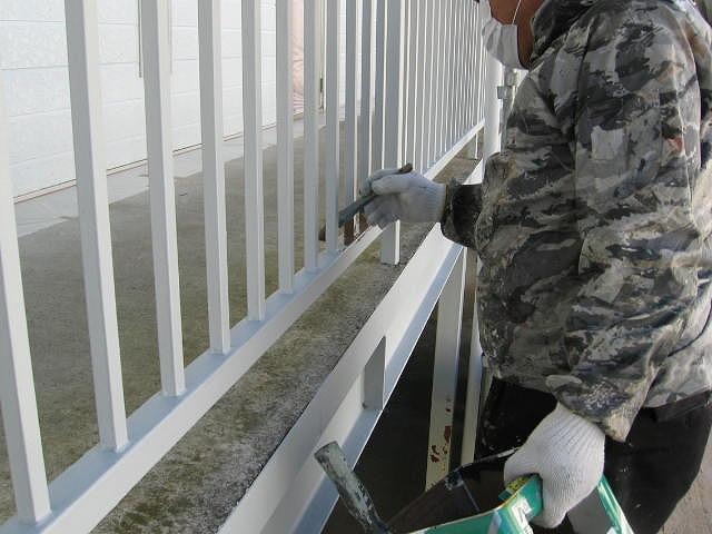 福島市内にある賃貸アパートの共用部通路の手摺の塗装をしています