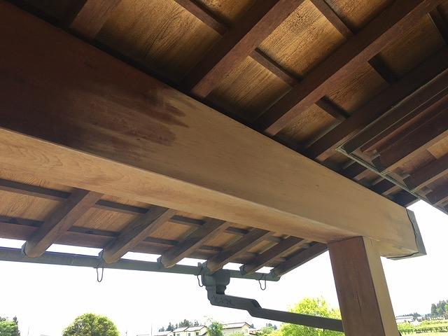 福島市にお住まいのお客様ご自宅の玄関軒先の梁と柱の塗り替え塗装です