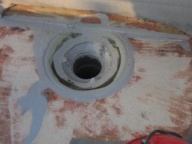 屋上のひび割れ補修の様子