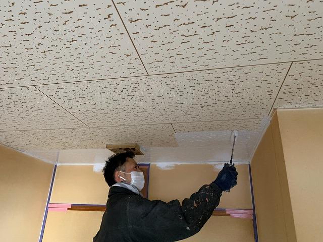 天井下塗り中