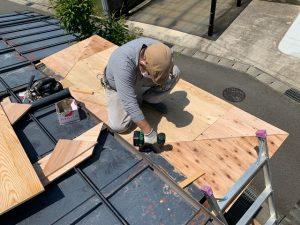 屋根下地貼り付け