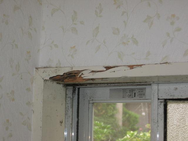 窓枠の欠損部