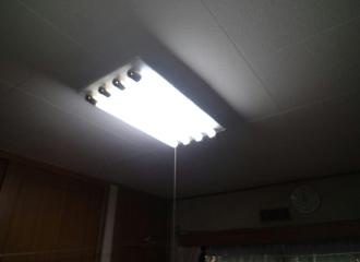 照明器具を点灯した天井の写真