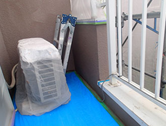ビニールで覆ったエアコンの室外機