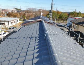 紫外線・雨風・温度変化等で劣化した塗膜を塗り替えた瓦屋根